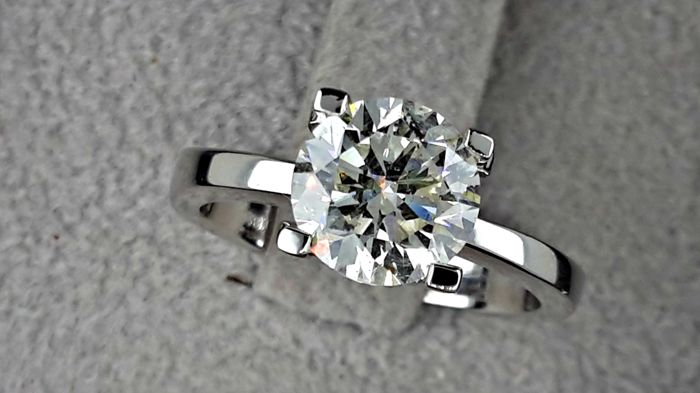 2.04 carat E/VS2 Round Brilliant Cut Diamond Solitaire Engagement Ring in 18kt  White Gold