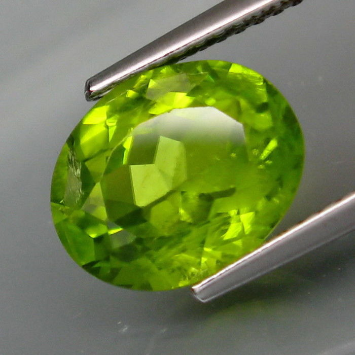 Peridot - 3.87 Carat – Intense yellowish green – No Reserve
