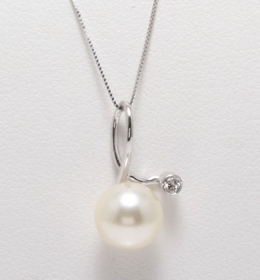 18K White Gold Necklace Featuring an 0.03Ct VS G Diamond and a Beautiful Akoya Pearl - Authenticity Certificate Included