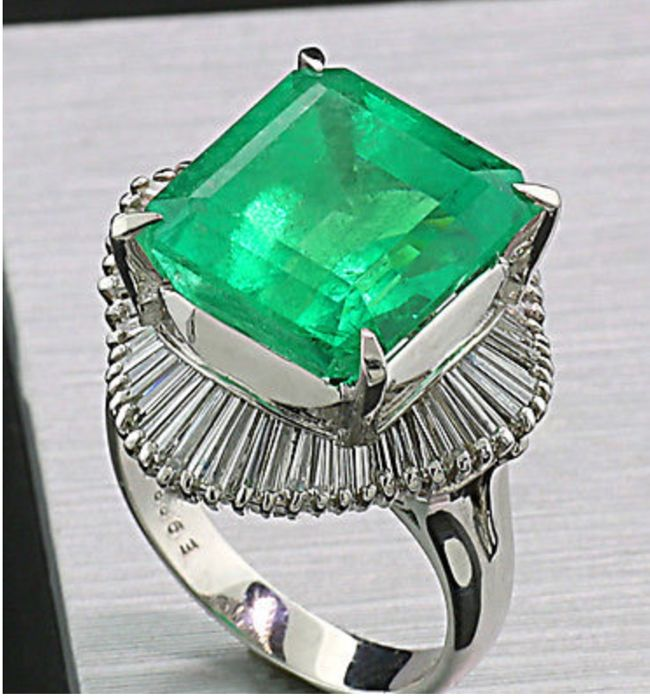 Exclusive ring in .900 platinum with Colombian natural emerald of 9.88 ct and diamonds for 0.96 ct - DSEF Certificate