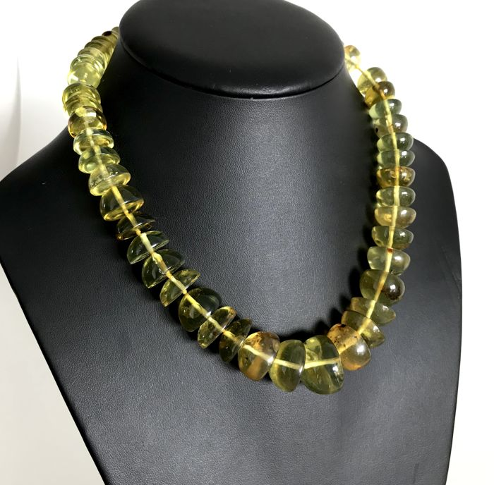 3c6671fc5eb33 Vintage necklace unique green amber with antique insect inclusions 60.5  grams large beads - not pressed, not treated - Catawiki