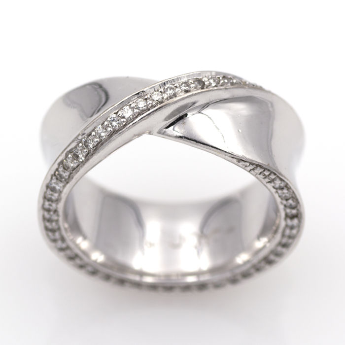 White gold ring with 0.80 ct in diamonds on the central border and the edges