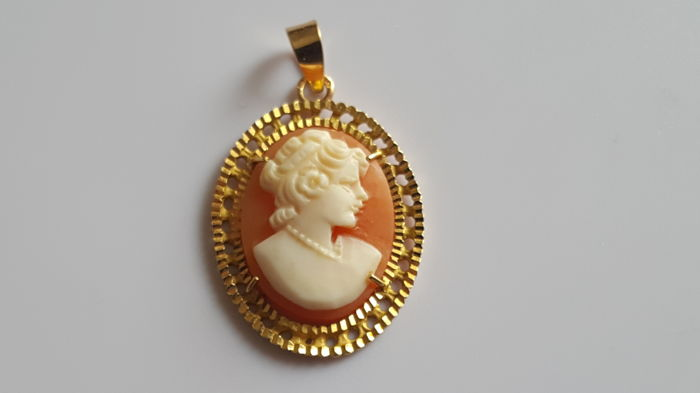 Women's old cameo pendant in 18 kt 750 yellow gold portrait 1930s estate jewellery 4 g length 3.5 cm
