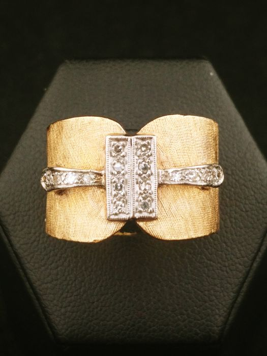 Band ring from the 1950s in 14 kt gold with diamonds (0.10 ct)