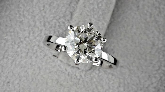 2.02 carat VS2 Round Brilliant Cut Diamond Solitaire Engagement Ring in 14kt  White Gold