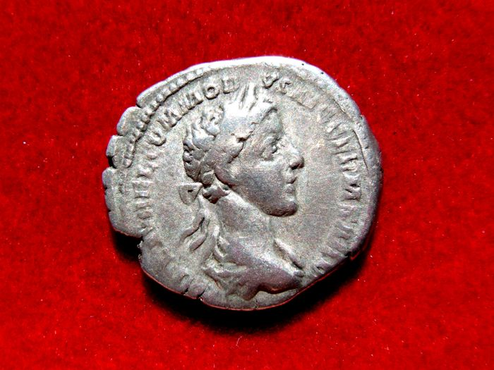 Roman Empire - Commodus (177-192 A.D.) silver denarius (3,30 g. 19 mm.). Rome mint, 186-187 A.D. TRP II COS PP.. Jupiter seated.