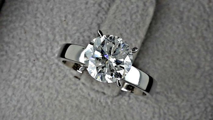 2.26 Ct  ct round diamond ring 18 kt white gold  *** NO RESERVE PRICE ***