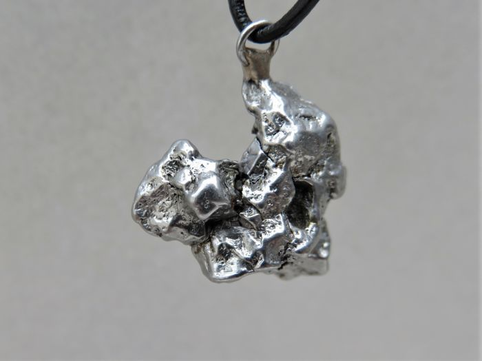 Pendant - Campo del Cielo meteorite - Oktaedrite IVA - iron meteorite in 3D crystal form 2.2 x 1.8 x 1.25 cm - 8.35 g