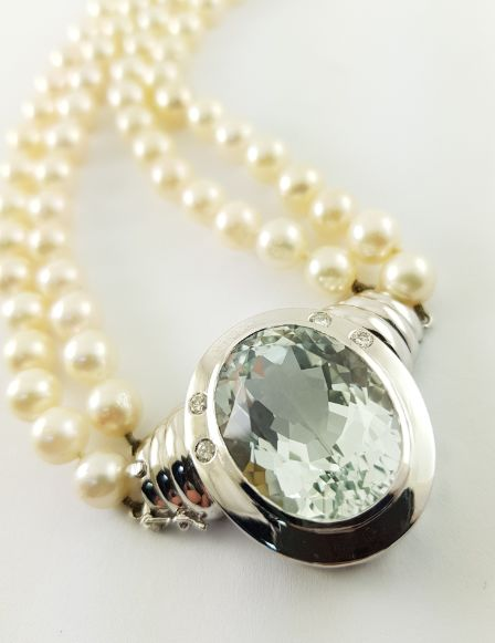 Pearl necklace with white gold clasp - 1 15 ct aquamarine + 0.20 ct diamonds + South Sea pearls of 7.3 mm