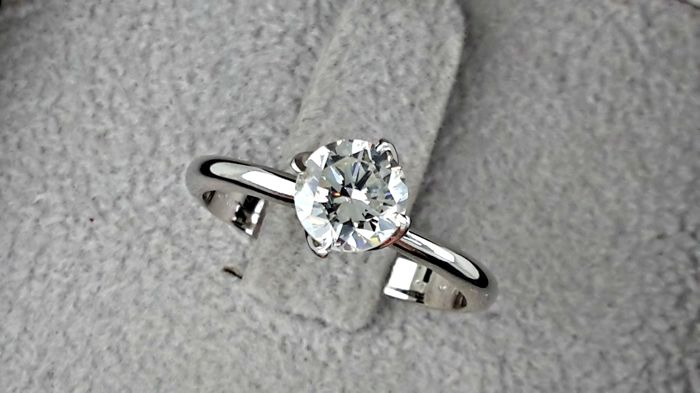 0.95 carat VS1 Round Brilliant Cut Diamond Solitaire Engagement Ring in 18kt  White Gold