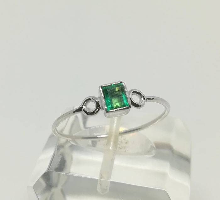 Ring in 18 kt white gold with central emerald of 0.30 ct - Tatum 20