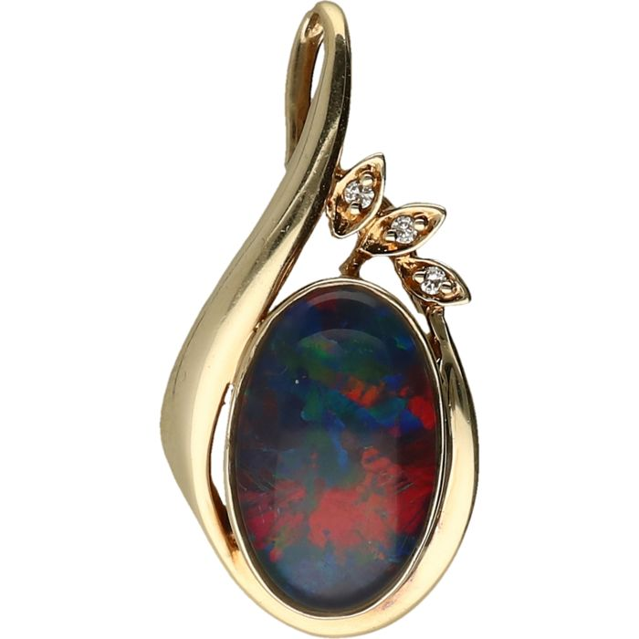 10 kt yellow gold pendant set with a triplet opal and 3 brilliant cut diamonds of approx. 0.03 ct in total.