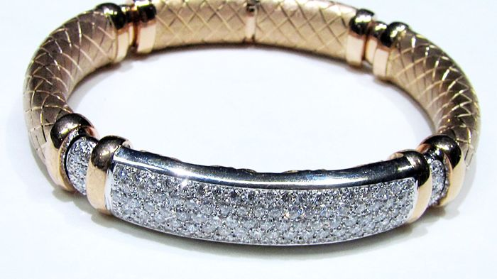 Semi-rigid 18 kt gold bracelet with diamonds for 4.02 ct, colour: F, clarity: VVS  Weight: 48.7 g