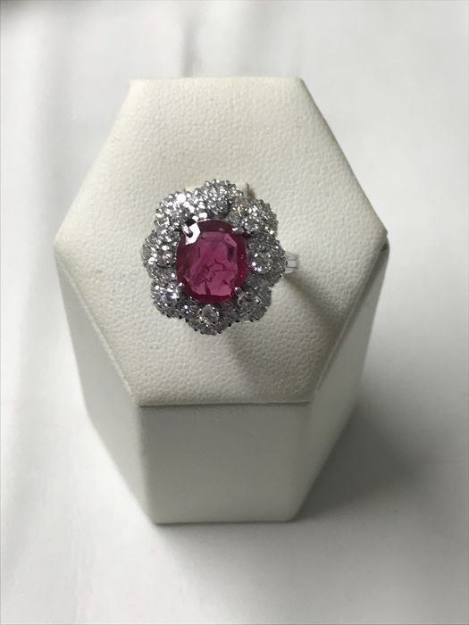 18 kt gold ring with 1 central ruby for 1.98 ct and diamonds for 1.40 ct