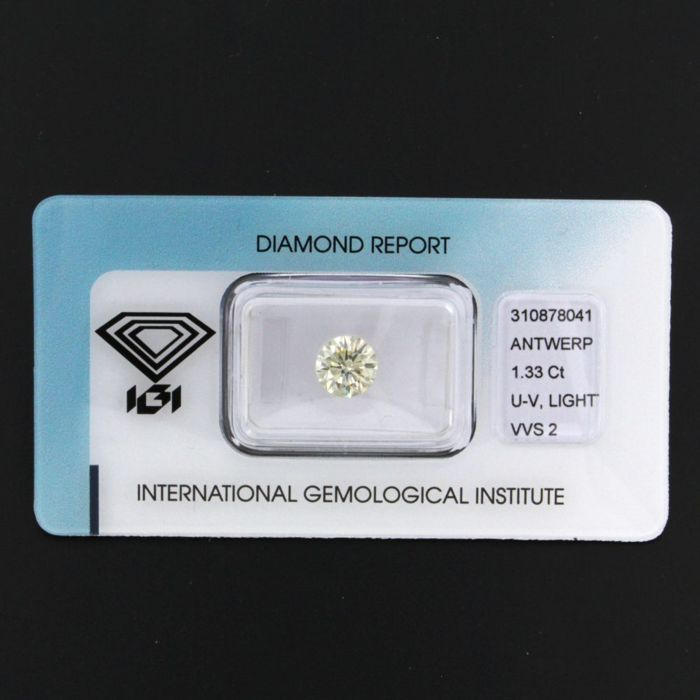Brilliant cut diamond with a size of no less than 1.33 ct, VVS2, fluorescence none