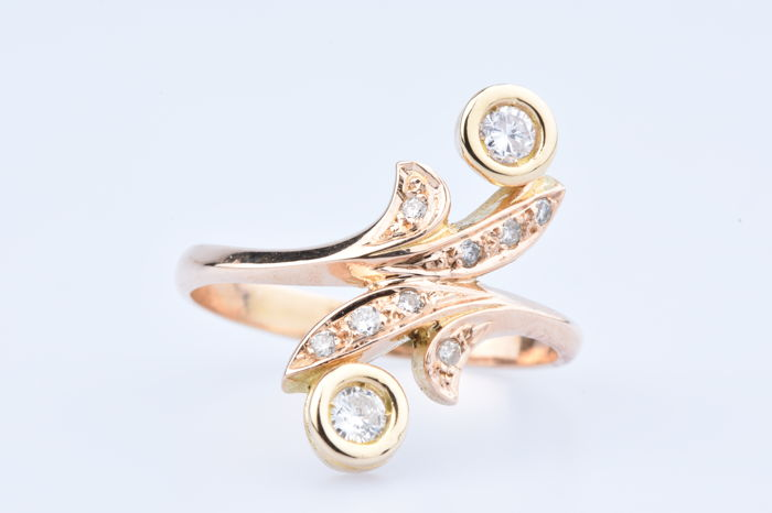 Ring in 18 kt gold with 2 diamonds of approx.  0.36 ct in total, 8 diamonds of approx. 0.19 ct in total, size: EU 62.5