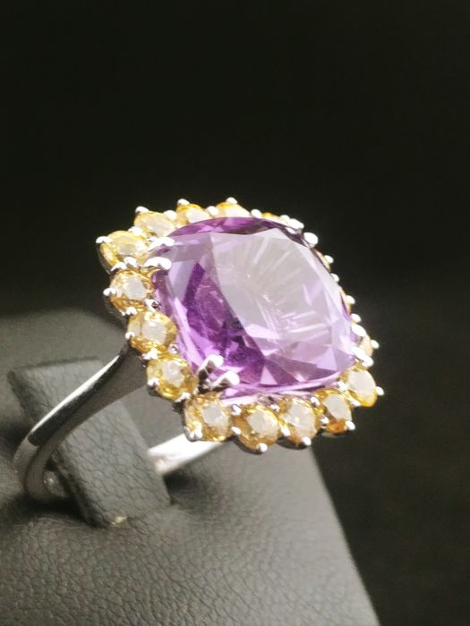 18 kt gold ring with amethyst (7.40 ct) and yellow sapphires (2.12 ct)