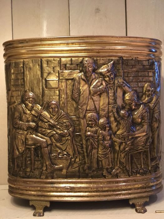 Umbrella stand of brass / copper with a depiction in relief - musician plays the violin for his family