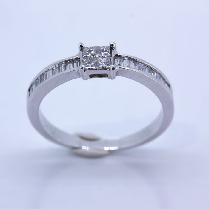 Half eternity wedding ring in 18 kt gold, with diamonds.