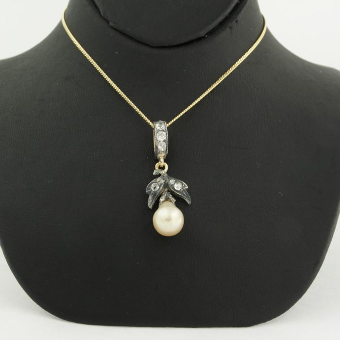 14 kt yellow gold necklace with a gold-and-silver pendant set with a cultured pearl and Bolshevik diamond, approx. 0.50 ct in total
