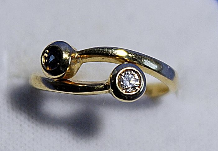 18 kt gold ring with a 0.10 ct diamond and 0.10 ct sapphire, size 16/17