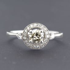 - No reserve price - 14k white gold ring with 0.45 carat brilliant cut diamond surrounded by 21 brilliant cut diamonds - ring size 17.25 (54)