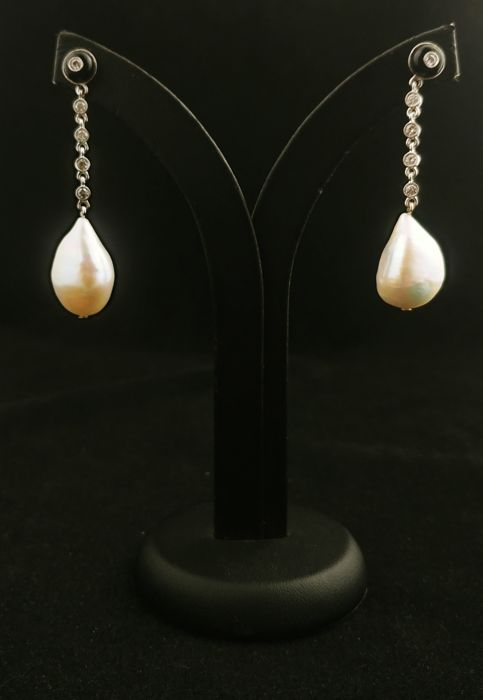 Italian 1970s earrings in 18k white gold and baroque pearls