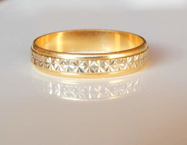 Beautiful wedding band by ARGYOR, in 2 golds, 18 kt, with a chiselled pattern - Size 56 / 7.5 US