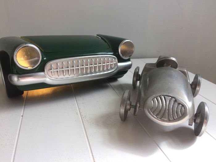 Cars in the leading role, a Corvette lamp and a decorative model