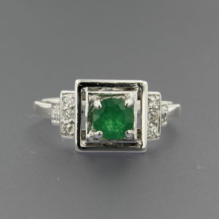 18 kt white gold ring set in the centre with a 0.50 ct emerald and 8 Bolshevik cut diamonds of approx. 0.12 ct in total, French hallmark