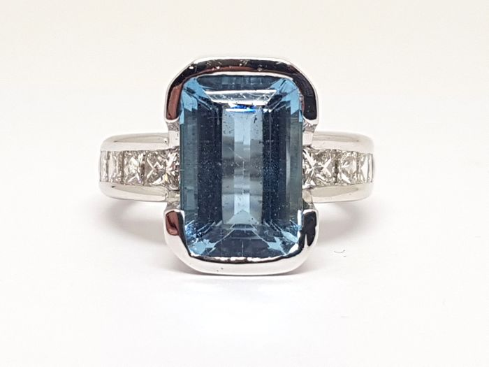 Diamond and Aquamarine Ring total: 7,96ct.