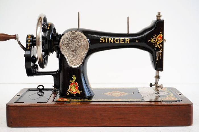 Singer 128K sewing machine with a wooden cover, 1927