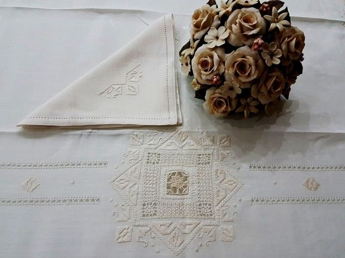 Rich tablecloth x 12 (including 12 napkins) in 100% pure linen with needlepoint embroidery and - Linen - After 2000