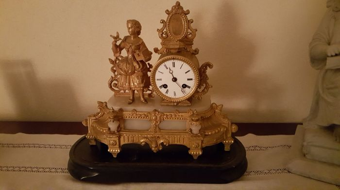 Parisian mantel clock in gilt bronze and alabaster, with a glass lid - Turn of the 20th Century