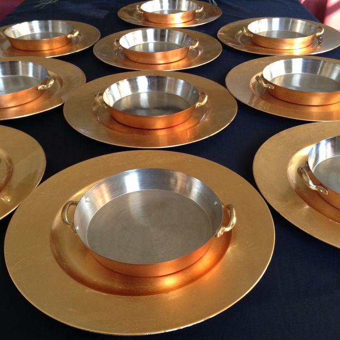 10 Ovenproof dishes in copper and 10 large gold-coloured decorative plates in plastic & 10 Ovenproof dishes in copper and 10 large gold-coloured decorative ...