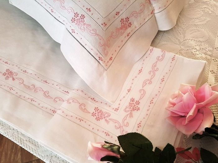 Lot consisting of a 100% pure linen double bed sheet with satin stitch and peahole handmade embroidery