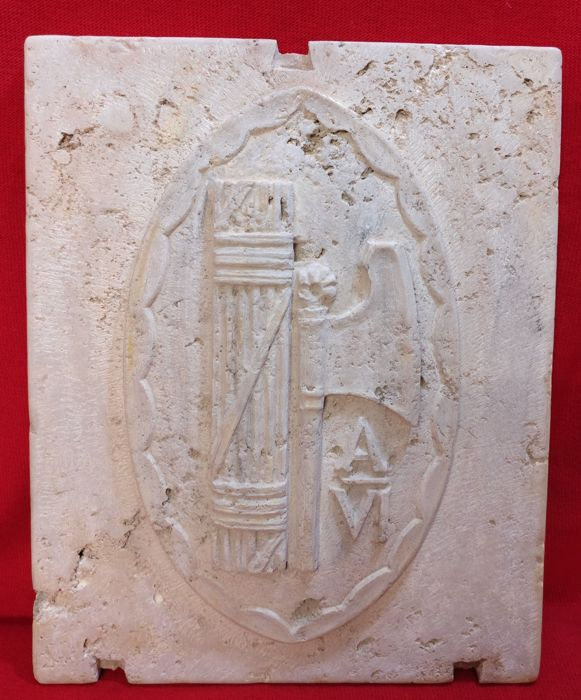 Wall coat of arms with littorio bundle - Travertine - 1927 - 28