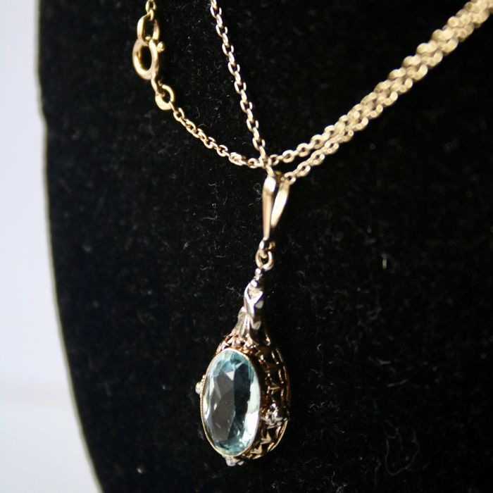 Jugendstil 14kt./585 gold necklace (pendant + chain) set with oval cut natural Aquamarine ca. 10.2 x 6.4 mm in fine handcrafted setting, circa 1900