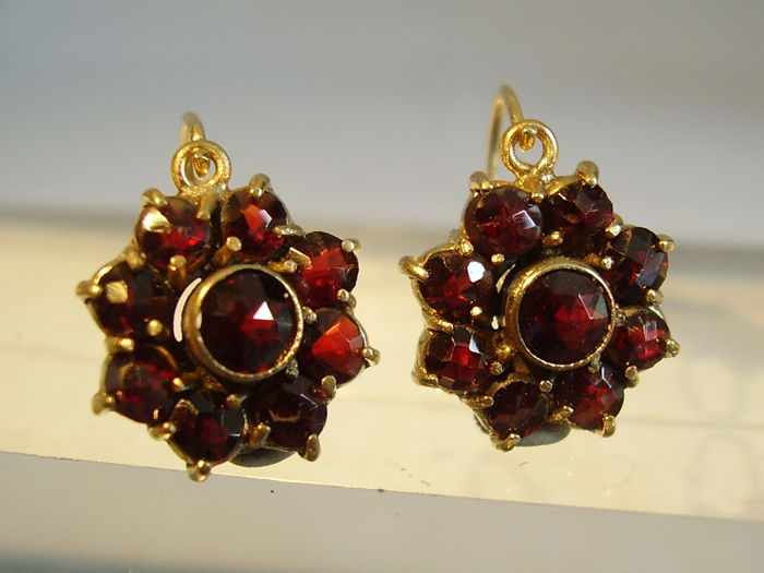 Victorian 14kt golden earrings with stars made out of faceted, crimson garnet in antique rose cut of 5ct in total
