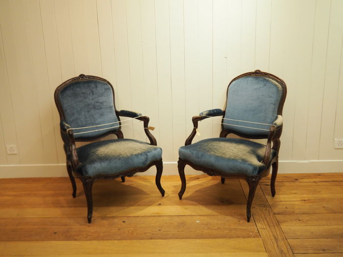 "Two Louis XV walnut ""fauteuils à la reine"" - Queen's armchairs - France, circa 1750"
