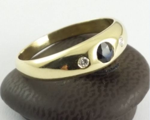 Gold ring - 585 yellow gold - size 57 - 2 brilliant cut diamonds, totalling 0.04 ct - 1 sapphire