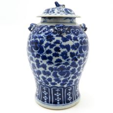 Imposing Chinese vase with lid, 19th century
