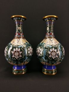 A very finely and rich decorated pair of Shangping cloisonné enamel vases - China - Republic period Ca. 1930