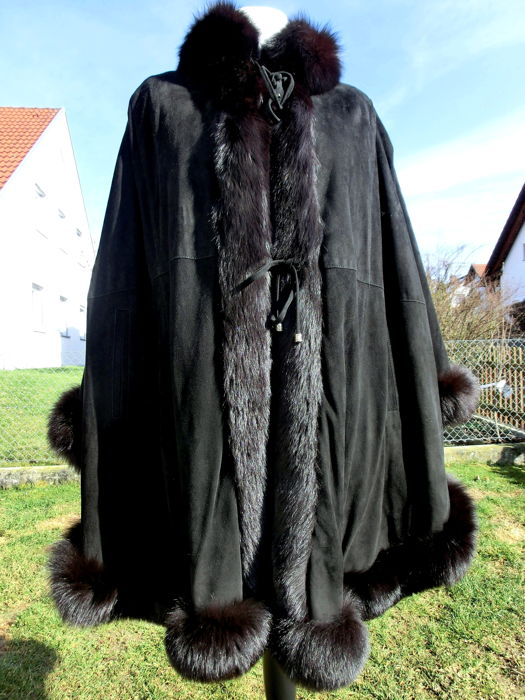 Modernes Cape Poncho mit Fuchspelz  - in black - soft suede leather - 485 cm hem -
