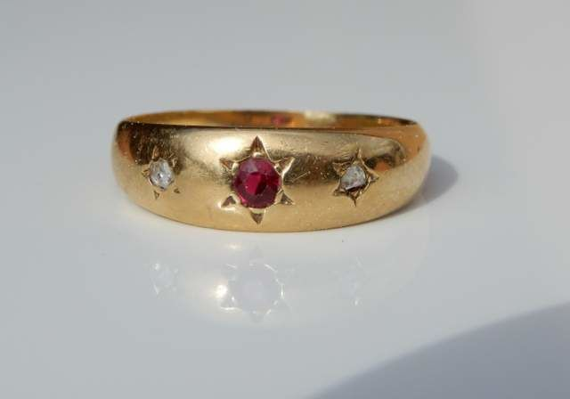 18 kt yellow gold ring with ruby and 2 diamonds size 61 US 9.5