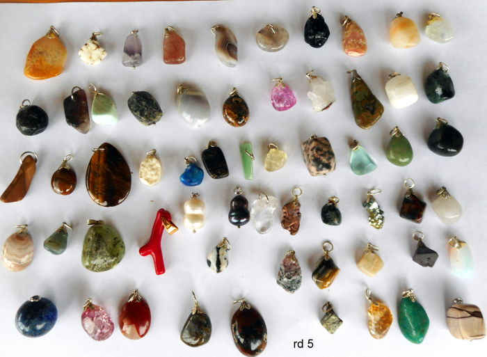 Lot of 61 Semi-precious Stone and Mineral pendants - 12 tot 35 mm - 229 gram