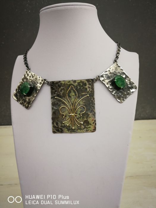 Necklace with pendant in antique-finished silver and 18 kt gold, with natural emeralds for 18.75 ct. Necklace length: 70 cm