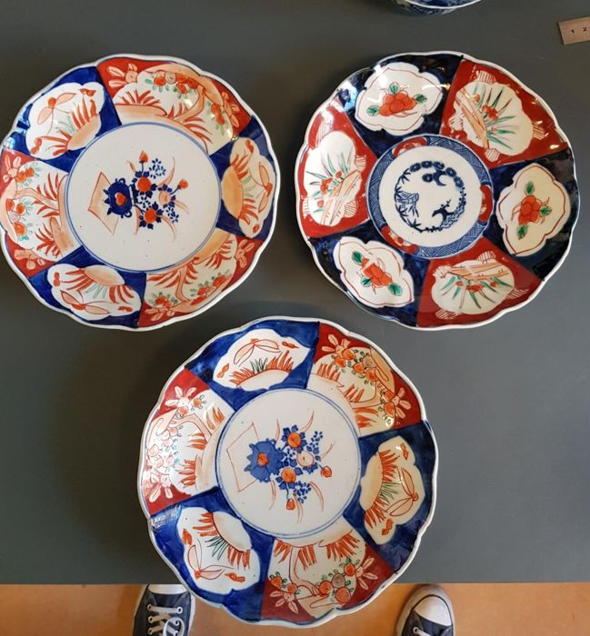 Three antique Imari plates - Japan - Late 19th/Early 20th century & Three antique Imari plates - Japan - Late 19th/Early 20th century ...