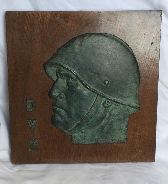 Historical collectibles: High relief with bronze profile of B. Mussolini - signed on bottom: Platania