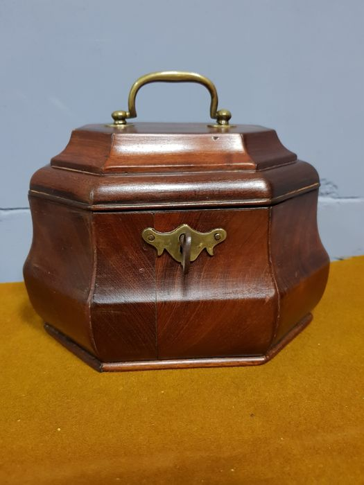 Octagonal mahogany tea caddy - with inner lid - ca. 1760
